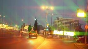 驾驶城市道路,从光的starglow的夜 股票录像
