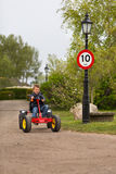 驾驶多虫的推车的男孩 库存图片