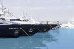 驾驶天蓝色的港口的大船 免版税图库摄影
