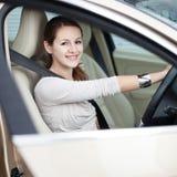 驾驶她新的汽车的少妇 免版税图库摄影
