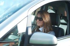 驾驶她的汽车的女实业家 免版税图库摄影