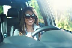 驾驶她的汽车的女实业家 库存图片