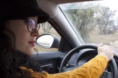 驾驶她的汽车的性感的女孩 图库摄影