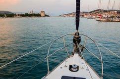 驾驶对城市的历史中心和对小游艇船坞的风船 库存图片