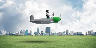 驾驶小螺旋桨推进式飞机的年轻飞行员 免版税库存图片