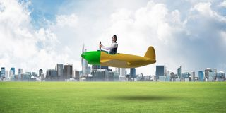驾驶小螺旋桨推进式飞机的年轻飞行员 免版税图库摄影
