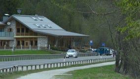 驾驶山村路的汽车由舒适汽车旅馆,在狂放的自然的休闲 股票视频