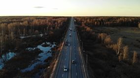 驾驶往太阳的送货卡车 鸟瞰图绿色领域和卡车