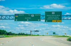 驾驶往183高速公路的奥斯汀得克萨斯 图库摄影