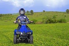 驾驶微型ATV的孩子 库存照片