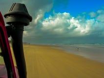 驾驶惊人的海滩弗雷泽岛,澳大利亚 免版税图库摄影