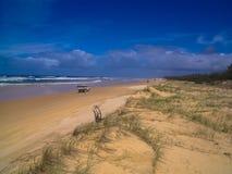 驾驶惊人的海滩弗雷泽岛,澳大利亚 免版税库存图片