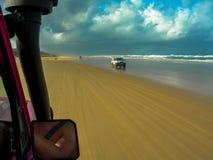 驾驶惊人的海滩弗雷泽岛,澳大利亚 免版税库存照片