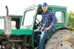 驾驶拖拉机的农夫在乡下 库存照片