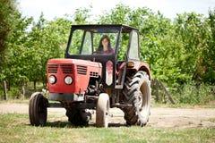 驾驶拖拉机的女孩 免版税库存图片
