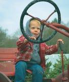 驾驶拖拉机的孩子 库存图片