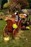 驾驶拖拉机秋天装饰的稻草人 库存图片