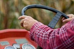 驾驶拖拉机 免版税库存照片