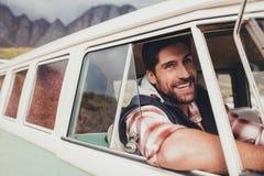 驾驶搬运车的微笑的人 免版税图库摄影