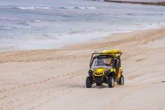 驾驶救生员海浪通信工具的海滩 免版税库存图片