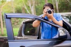 驾驶旅行和拍照片 库存照片