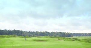 驾驶暗藏的高尔夫车的高尔夫球运动员打比赛 股票录像