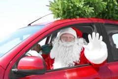 驾驶有圣诞树的地道圣诞老人汽车 库存图片