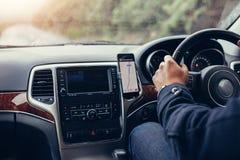 驾驶有导航系统的人汽车 免版税库存照片