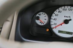 驾驶有数字式油汽油的汽车成水平在盘区仪表板的标志 免版税库存图片