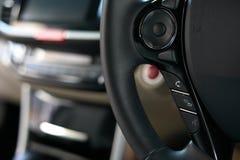 驾驶有无线报告人手机的技术汽车 库存图片