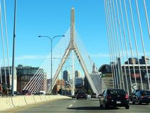 驾驶横跨伦纳德P Zakim Bunker Hill纪念品桥梁 库存图片