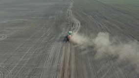 驾驶横跨领域的拖拉机寄生虫射击 股票视频