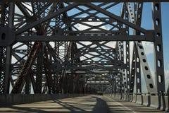 驾驶横跨Huey P 在Missssippi河的长的桥梁在路易斯安那,美国 库存图片