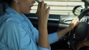 驾驶汽车和唱歌曲的快乐的夫人,离开玻璃,早晨能量 股票视频