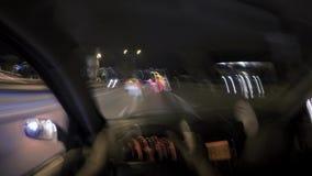 驾驶汽车在夜间流逝英尺长度 记录的第一个人 股票视频