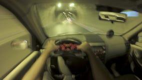 驾驶汽车在夜间流逝英尺长度 记录的第一个人 影视素材