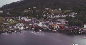 驾驶汽车在有游艇棚子的村庄海湾海岸的 股票视频