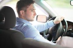 驾驶汽车的一个人的画象 免版税库存照片