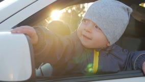 驾驶汽车的一个小婴孩 影视素材