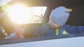 驾驶汽车的一个小婴孩 股票录像