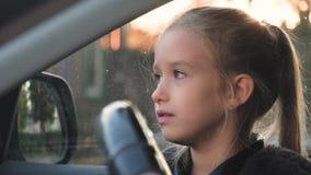 驾驶汽车的一个小婴孩 股票视频