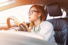 驾驶汽车的亚裔妇女 库存图片