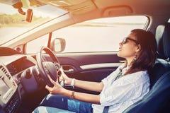 驾驶汽车的亚裔妇女 免版税库存图片