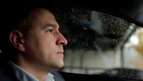 驾驶汽车的可敬,负责任的人 人拿着方向盘 关闭 股票录像