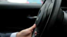 驾驶汽车的可敬,负责任的人 人拿着方向盘 关闭 股票视频