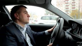 驾驶汽车的可敬,负责任的人 人拿着方向盘 关闭 影视素材
