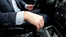 驾驶汽车的可敬,负责任的人 人拿着杠杆 关闭 影视素材