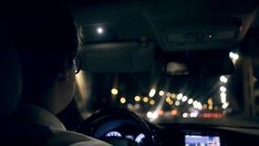 驾驶汽车的商人的背面图通过夜隧道 股票视频