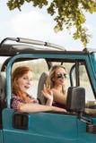 驾驶汽车的夏天女孩 库存图片