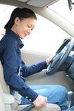 驾驶汽车的妇女拉扯手闸 免版税库存照片